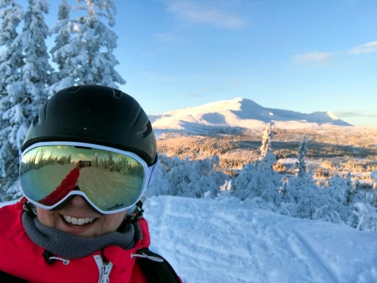 Selfi med berg i bakgrunden.