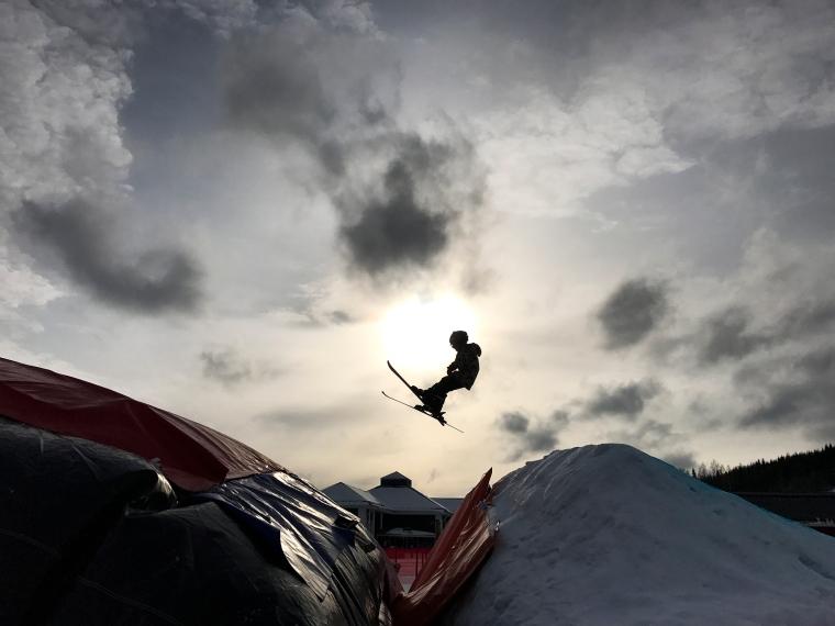 Morris tränar på att hoppa och landar i en luftkudde.