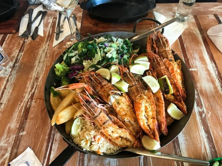 Uppläggningsfat med fisk, skaldjur, sallad, ris och potatis.