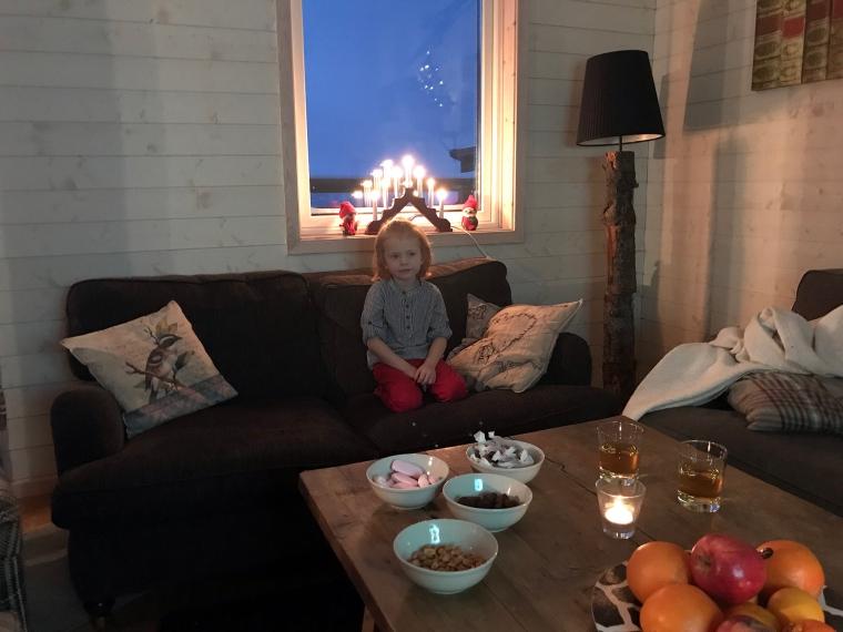 Framdukat julgodis på soffbord.