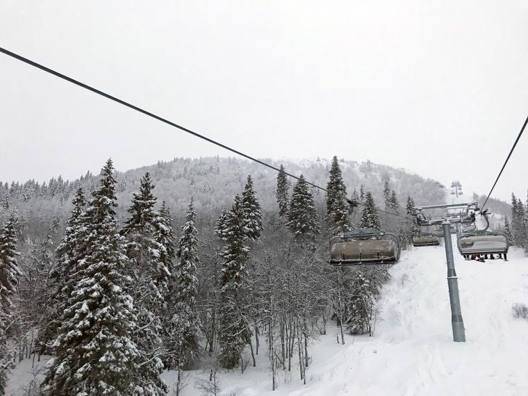 Skog, snö och en sittlift