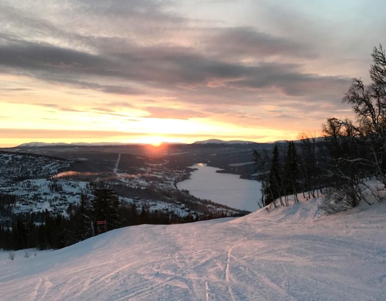 Utsikt från Sadeln i Åre ner mot Årejön med soluppgång.