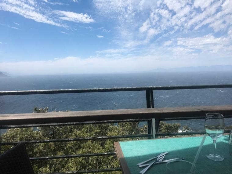 Restaurangbord med utsikt över havet.