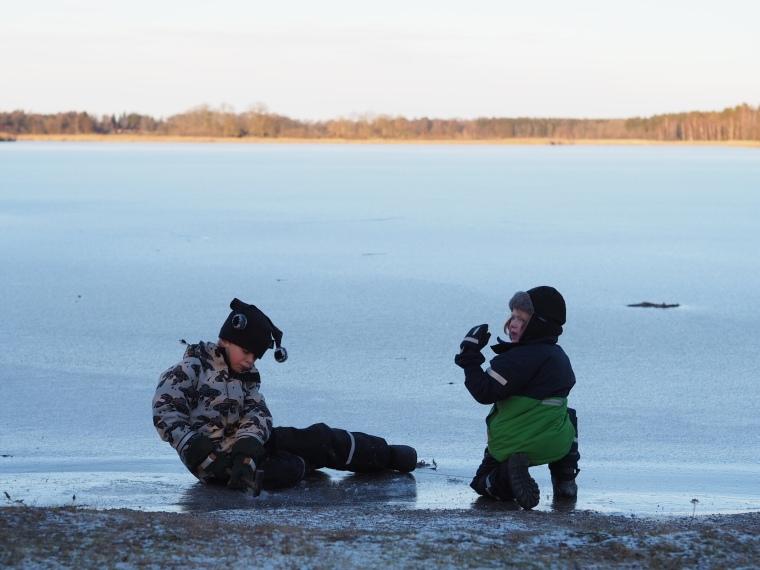 Två barn på isen.