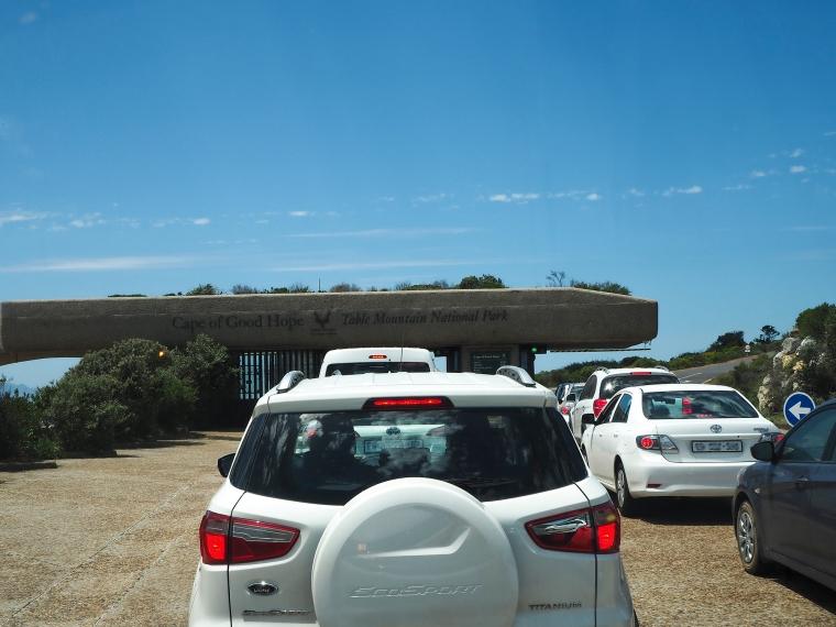 Bilar som köar för att köra in genom en port.