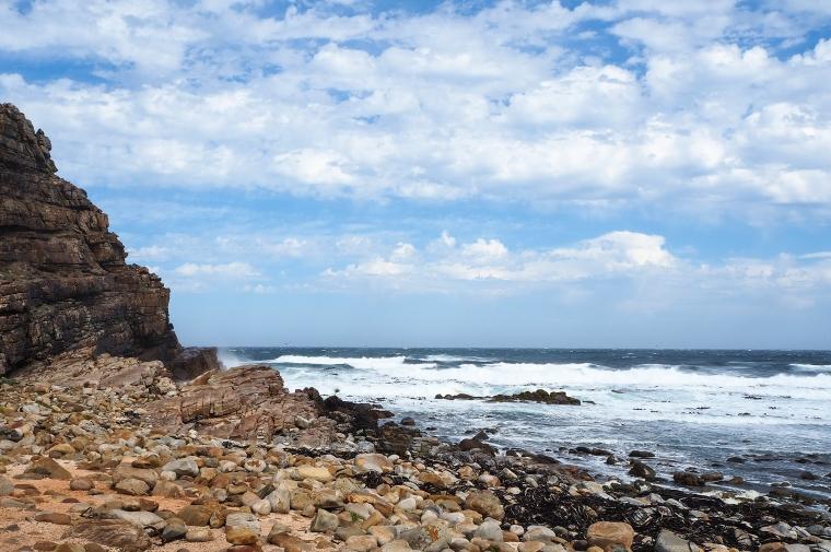 Brusande hav och stenstrand