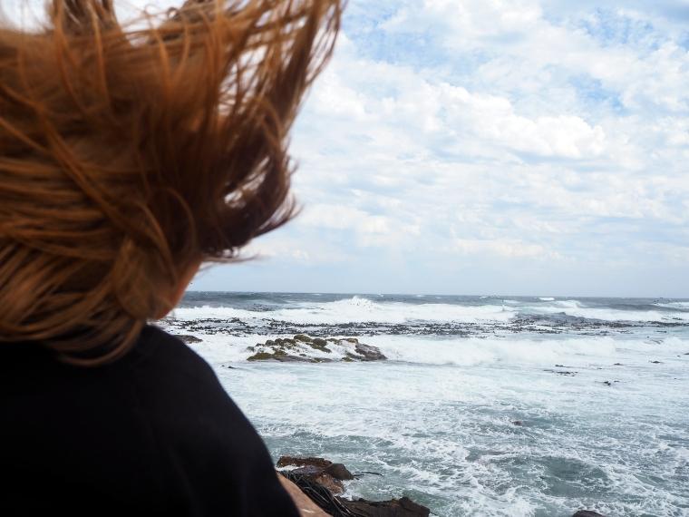 Ett barn som tittar på havet.
