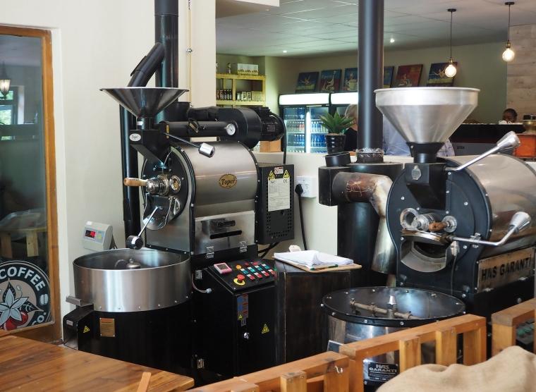 Två maskiner som mal kaffe.