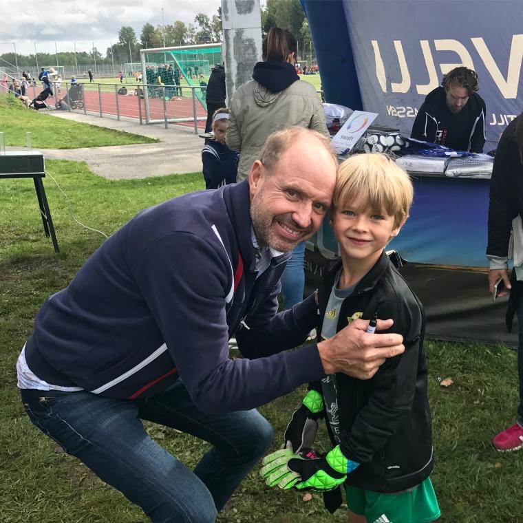 Thomas Ravelli och ett barn.