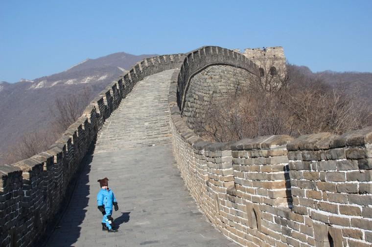 Ett barn uppe på kinesiska muren.