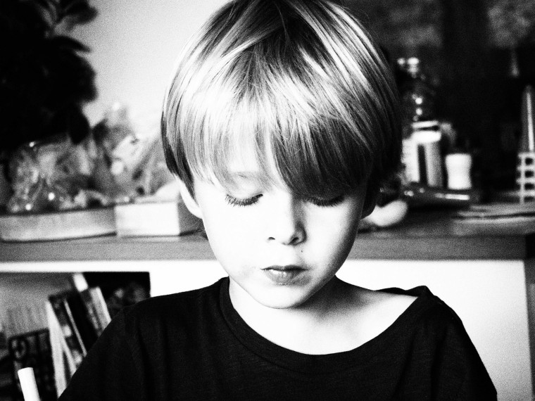 Svartvit bild på ett barn.
