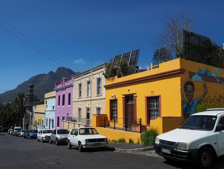 Färgglada hus längst en väg.