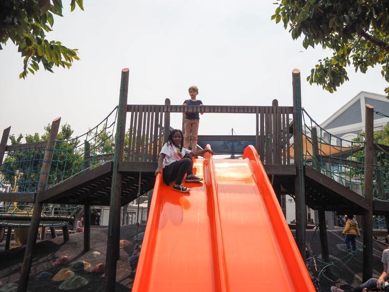 Barn på en klätterställning.