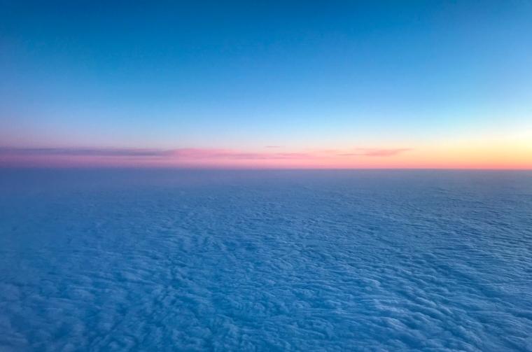 Täta moln med en strimma soljus.