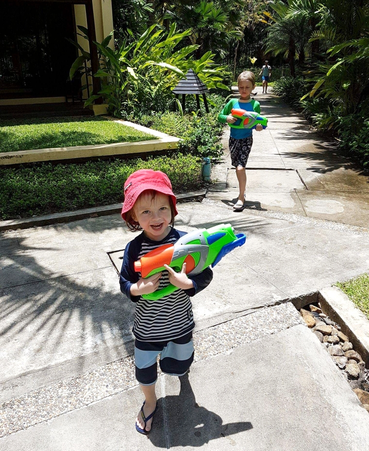 Två barn med vattenpistoler.