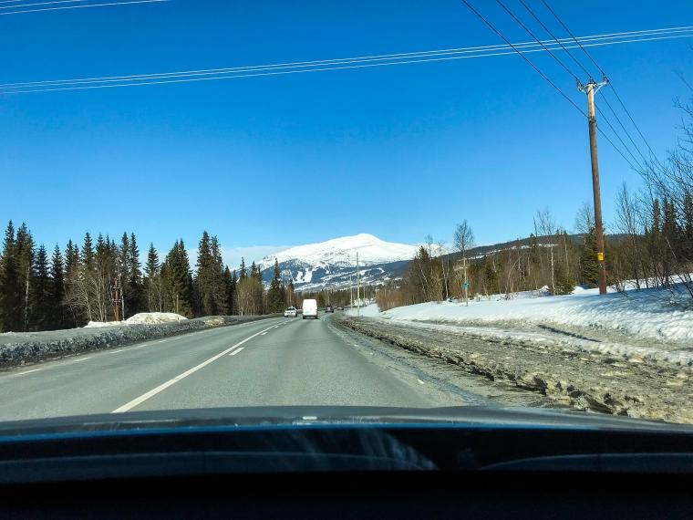 Foto genom bilruta på Åreskutan.