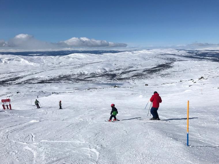 Kalfjäll, skidåkare och snö.