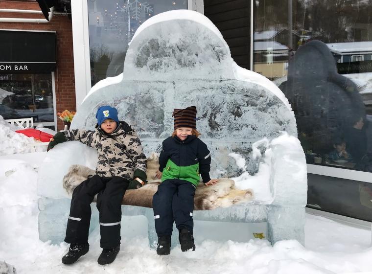 Två barn i en soffa av is.
