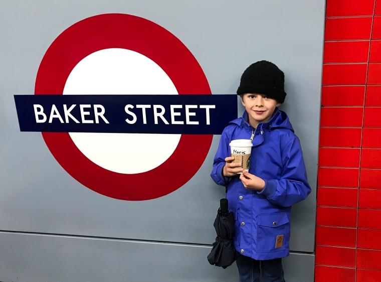 Ett barn framför en tunnelbaneskylt med texten Baker Street.