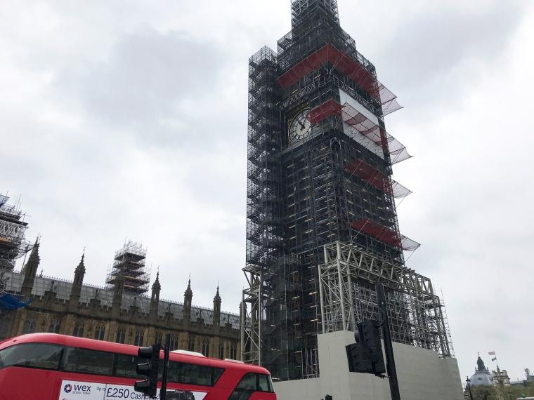 Big Ben helt inpackad i byggställningar förutom urtavlan.