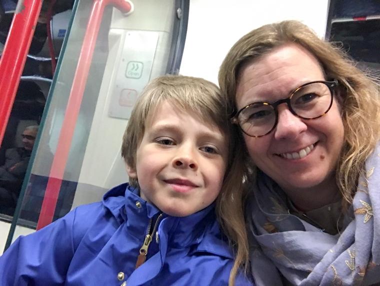 Selfie av en mamma och en son på tunnelbanan