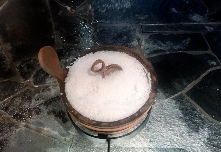 En träbytta med salt och en lite skopa.