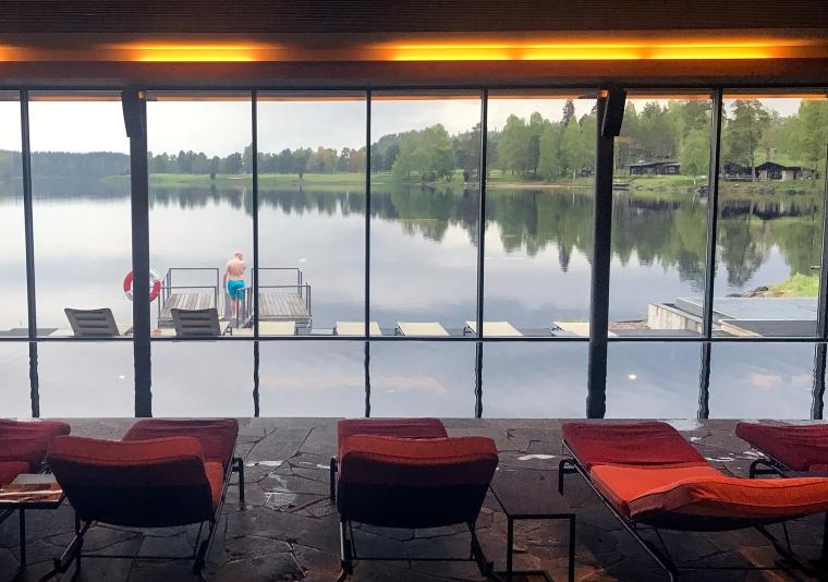 Vilbäddar i förgrunden, pool i mitten och sjön i bakgrunden.