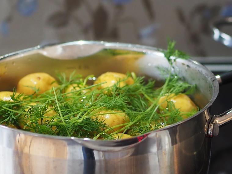 Kastrull med potatis och dill.