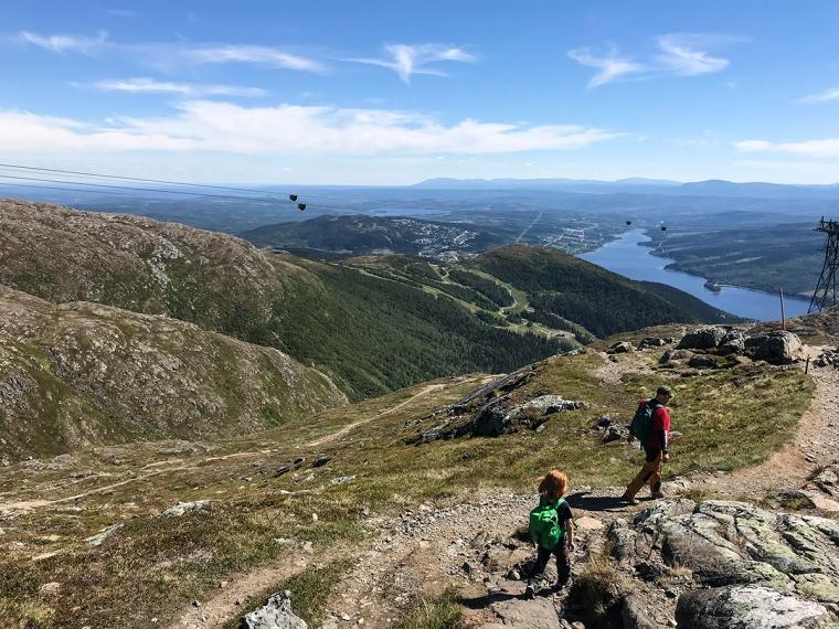 Ett barn och en vuxen bakifrån med fantastisk utsikt mot Åresjön.