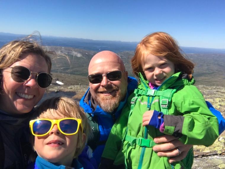 Selfie av en mamma, pappa och två barn.