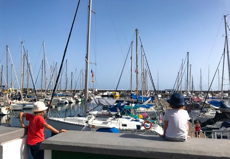 Två barn som blickar ut över hamnen.