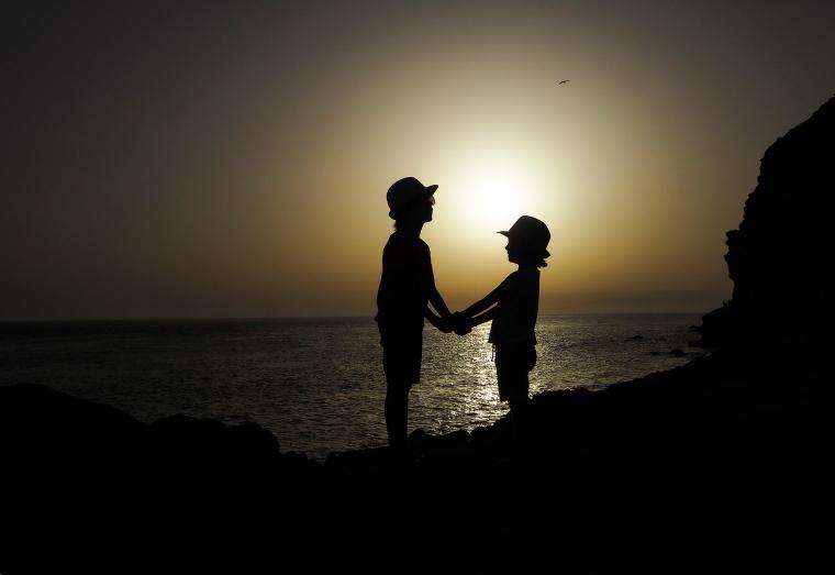 Två barn i solnedgång
