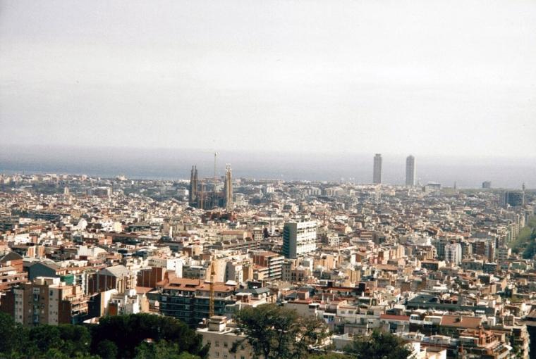 Utsikt över en disig storstad.