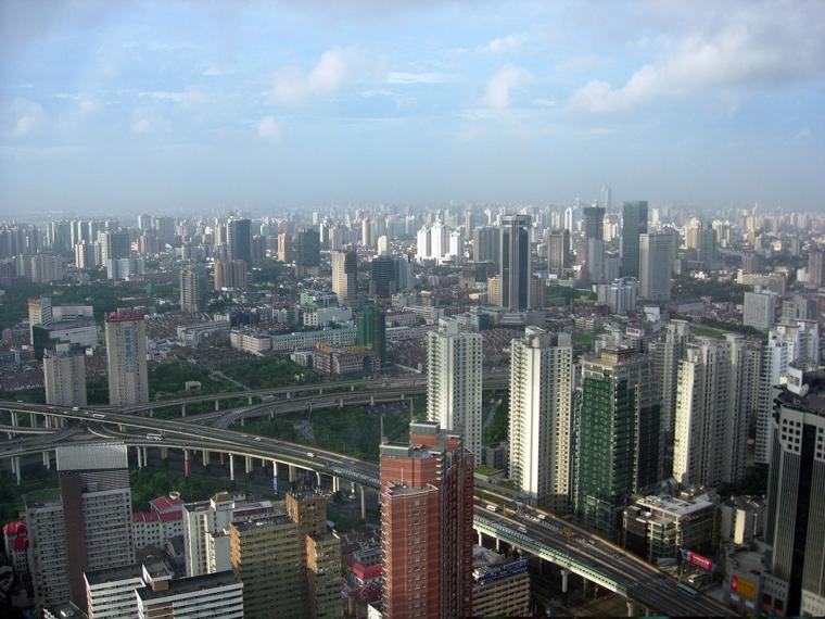Utsikt över en storstad med skyskrapor.