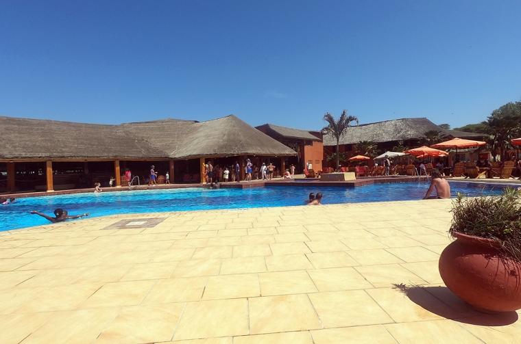 En pool med 4-5 människor i.