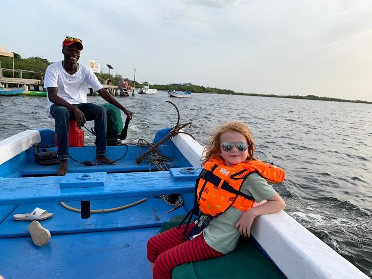 En man och ett barn i en båt