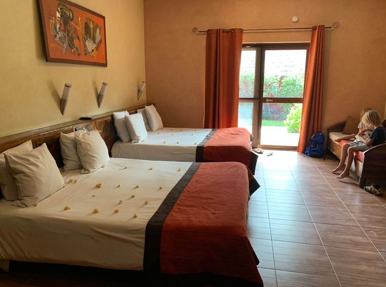 Ett hotellrum med tre sängar.