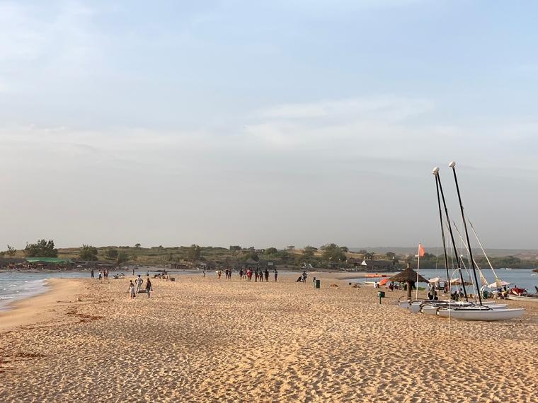 En strandremsa med vatten på båda sidorna.