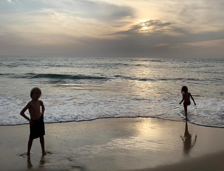 Två barn leker i vattenbrynet.