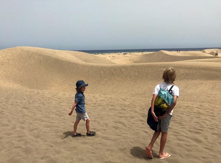 Två barn i en sandöken.
