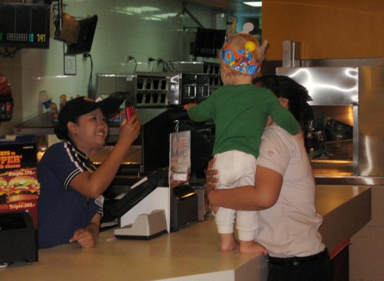 Ett barn blir fotograferat inne på en Burger King-restaurang.
