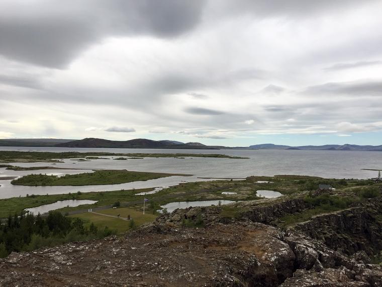 Utsikt från ett berg mot havet och öar.