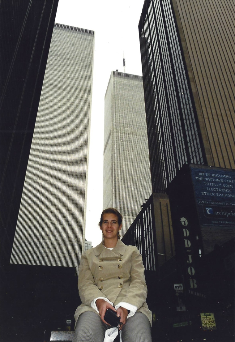 En tjej framför två skyskrapor