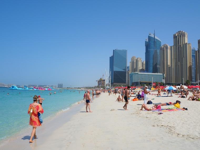 Hav, strand och skyskrapor.
