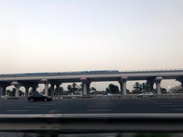 Flerfilig motorväg och en skytrain.