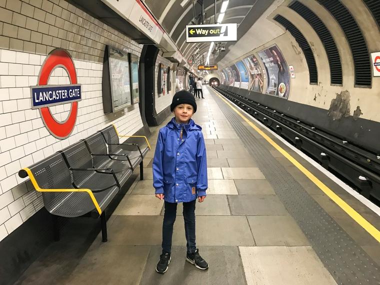 Ett barn på en tunnelbaneperong.