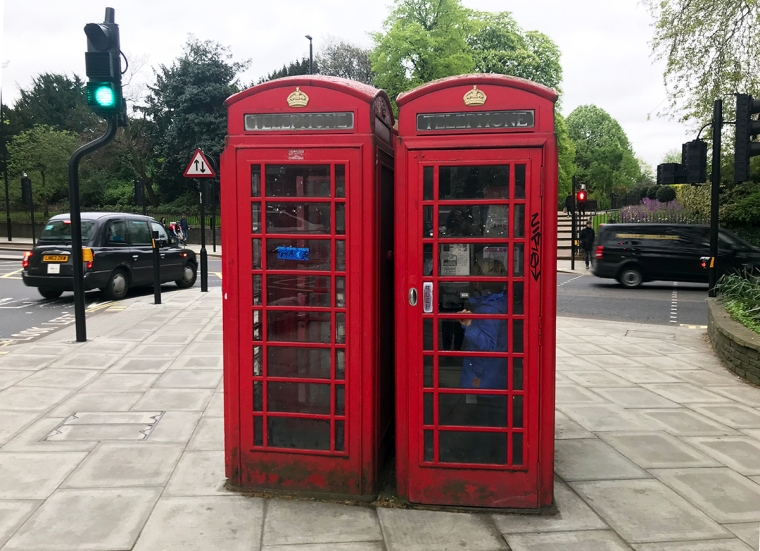 Två röd telefonhytter.