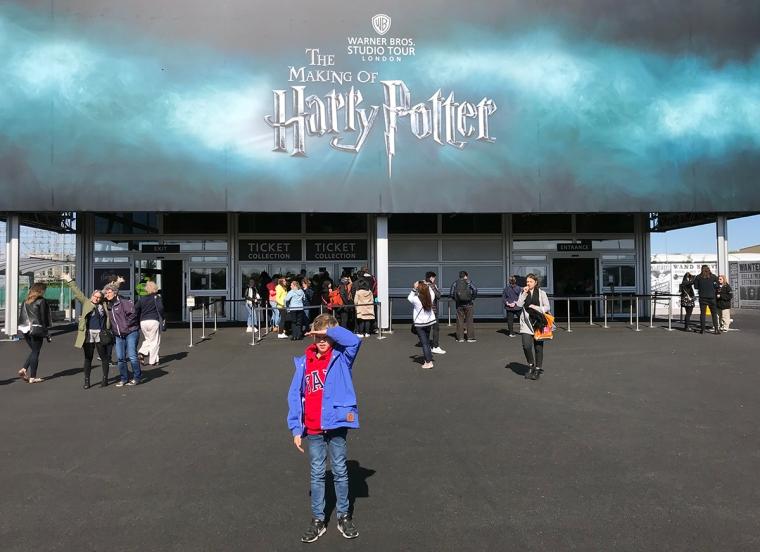 Ett barn utanför entrén till Warner Bros Studios.