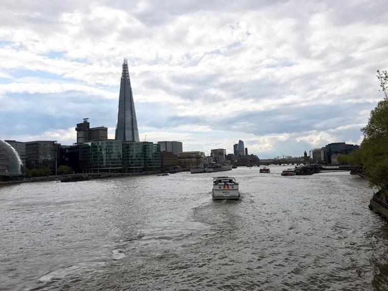 En båt som åker på en flod.