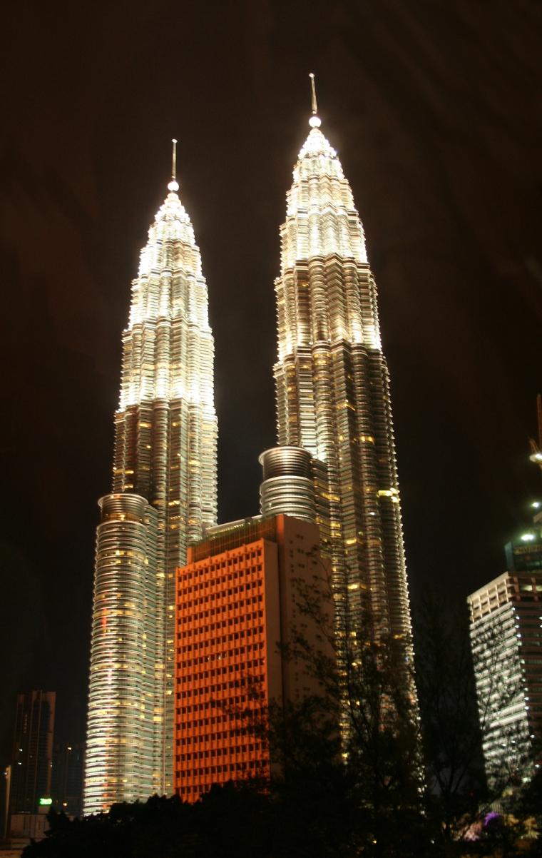 Två upplysta skyskrapor.